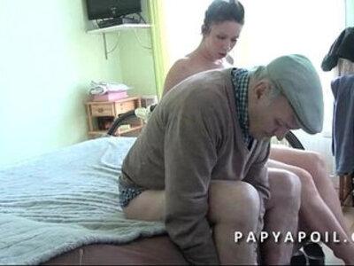 Papy leche la chatte et baise une jolie brunette qui adore le 69 | -brunette-cunnilingus-sixtynine-