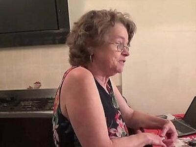 vecchia zia troia italiana chiavata da giovane   -older woman-